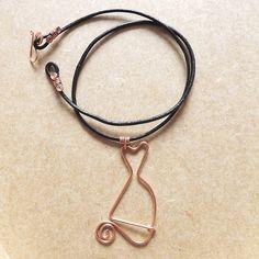 colar com pingente de gato em fio de cobre com cordão de couro liso preto