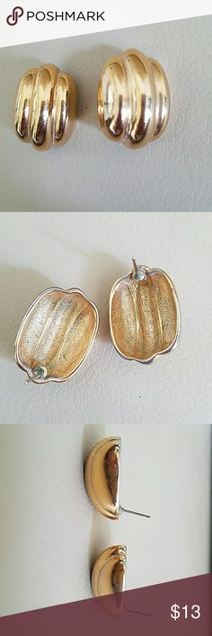 ✴Beautiful earrings 1x1 size No markings so I don't think they are real gold *BUNDLE & save with our DISCOUNT * Jewelry Earrings