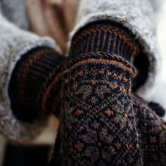pretty fair isle knit mittens in black and burnt umber – Knitting Socks Fair Isle Knitting, Hand Knitting, Knitting Patterns, Vintage Knitting, Stitch Patterns, Knitting Machine, Hat Patterns, Knit Mittens, Knitted Gloves