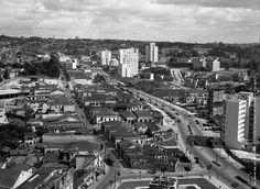 (c.1950 ) Foto tirada de alguma janela do Edíficio Saldanha Marinho na Rua Líbero Badaró em direção a Avenida Paulista.  Em primeiro plano a Praça das Bandeiras, a esquerda a Rua Santo Antônio e a direita a Avenida Nove de julho - Foto de Aristodemo Becherini.