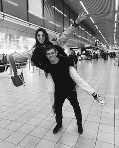 "188k aprecieri, 1,557 comentarii - DUA  LIPA (@dualipa) pe Instagram: ""Fancy bumping into @martingarrix at the airport!! ✈️✨"""
