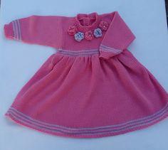 Vestido de bebê confeccionado em tricô á máquina com lã 100% acrílico, antialérgico.  Veste de 0 a 6 meses.  Na cor rosa com lilás e 5 flores combinando e com detalhes de miçangas perolas, muito macio e quentinho.    Comprimento 42 cm  peito 23 cm  manga 21 cm  ombro 5 cm    Se quiser outra cor e... Knitting Gauge, Ideias Fashion, Summer Dresses, Maxi Dresses, Knitting Sweaters, 6 Mo, Tricot, Bebe, Summer Sundresses