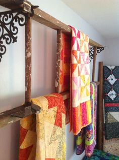 Displaying quilts on old wooden ladders. better for old quilts. I have an old ladder I could use too. Old Wood Ladder, Vintage Ladder, Wooden Ladders, Old Ladder Decor, Quilt Hangers, Quilt Racks, Quilt Ladder, Blanket Ladder, Quilt Display