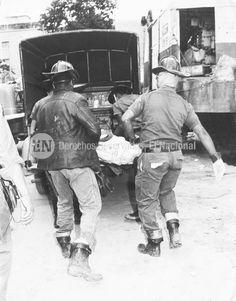 Bomberos trasladan cadáveres de las victimas del terremoto en Caracas el  29 de julio de 1967. (JUAN QUIJANO / ARCHIVO EL NACIONAL)
