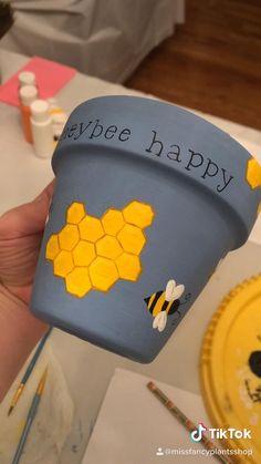 Flower Pot Art, Flower Pot Crafts, Clay Pot Crafts, Painted Plant Pots, Painted Flower Pots, Diy Crafts For Gifts, Diy Arts And Crafts, Bottle Art, Bottle Crafts