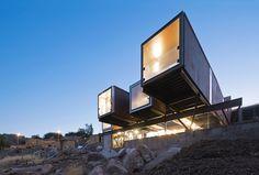 Detta moderna prefabbygge i Chile är byggt på fraktcontainrar och konstruerat av arkitekten Sebastián Irarrázaval i en förort av huvudstaden Santiago.