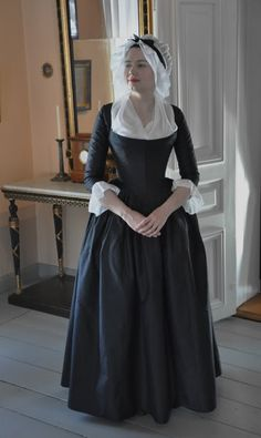Robe à l'Anglaise, con casaca corta (cierre delantero), basquiña, saya o b… - Historical Dresses 18th Century Dress, 18th Century Costume, 18th Century Clothing, 18th Century Fashion, 1700s Dresses, Old Dresses, Vintage Dresses, Vintage Outfits, Vintage Fashion