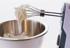 Receta de Crema Chantilly casera y facil. Como hacer la Crema Chantilly casera. Crema Chantilly casera, facil, rica ideal para decorar tortas o hacer todo tipo de postres.