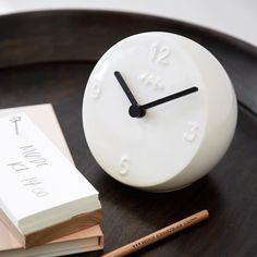 Brug det skønne hvide Ora-bordur med det stilistiske og moderne design til alle typer indretning. Det står fx flot på sofabordet, i køkkenet eller soveværelset. #Kähler #KählerOra
