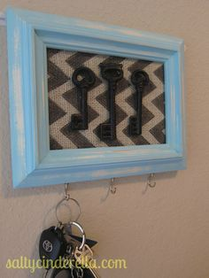 Paint vintage frame and put old keys in it as a décor - 20 DIY Creative Key Holders--- I have tons of antique keys that came with my house. Cute Crafts, Diy And Crafts, Arts And Crafts, Geek Crafts, Diys, Craft Projects, Projects To Try, Craft Ideas, Decor Ideas
