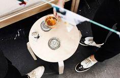 Sottobicchieri realizzati con strisce di un catalogo IKEA su uno sgabello di betulla  - IKEA