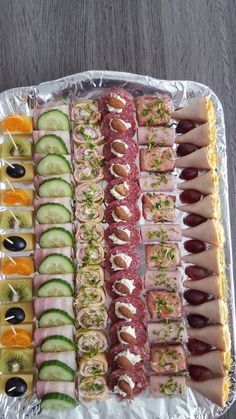 Canapes Recipes, Charcuterie Recipes, Appetizer Recipes, Party Food Platters, Food Trays, Easy Food Art, Food Carving, Party Finger Foods, Food Garnishes
