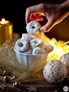 This lighting is very interesting Christmas Bread, Christmas Biscuits, Christmas Cookies, Christmas Time, Sweet Table Wedding, Mantecaditos, Creative Desserts, Pan Dulce, Sweet Pastries