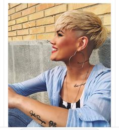 We have handpicked the Latest Short Blonde Hair Ideas for 2019 that are so inspiring and awesome. If you like blonde hair color then you will surely love Blonde Highlights Short Hair, Ash Blonde Short Hair, Blonde Hair With Roots, Short Pixie Haircuts, Short Hair Cuts, Ladies Short Hairstyles, Edgy Pixie Cuts, Edgy Haircuts, Asymmetrical Pixie
