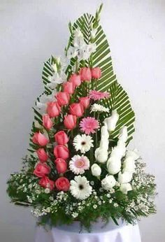 Fotos de distribuidora de flores naturales y peluches Maracaibo real palm in standing like this position with frontal covering like with colored/patterned leaves. Rosen Arrangements, Easter Flower Arrangements, Ikebana Flower Arrangement, Beautiful Flower Arrangements, Unique Flowers, Floral Arrangements, Beautiful Flowers, Deco Floral, Arte Floral