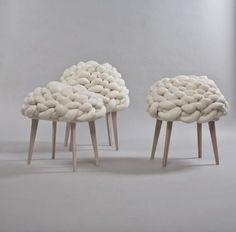 Si chiama Cloud Stool questo sgabello intrecciato realizzato intrecciando una lunga corda di peluche. Disegnato dallo studio Joon and Joung Cloud Stool può assumere forme sempre diverse ed è appunto ispirato alla morbidezza e alla variabilità delle nuvole.