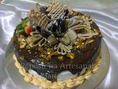 Torta Rústica: con un delicioso relleno en dos capas, uno de chocolate y otro de limón.  Cobertura en ganache , nueces acarameladas, chocolates, frutos rojos .