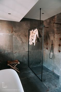Bathroom Inspo, Bathroom Inspiration, Interior Inspiration, Industrial Bathroom, Modern Bathroom, Bathroom Interior Design, Interior Decorating, Spa Parts, Tadelakt