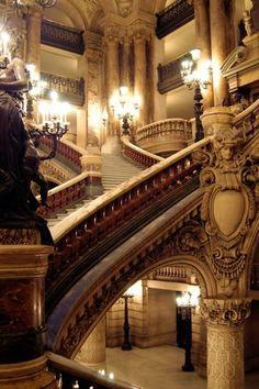 Escadaria ni interior do Palacio da Opera de Paris, Franca.  Fotografia: EmLynne.