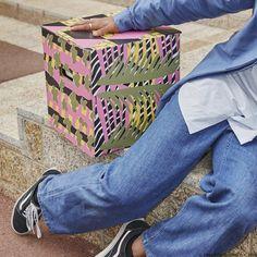 Te-ai mutat. Dar acum ce faci cu cutiile? Le folosești pe post de mobilă și decorezi camerele din noua ta casă. Găsești colecția limitată OMBYTE într-o varietate de culori și modele pe site-ul nostru. Ikea, Collection, Ikea Co