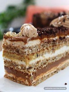 Sastojci: Za kore: x 5 bjelanca x 10 kasika secera u prahu x No Bake Desserts, Delicious Desserts, Dessert Recipes, Yummy Food, Baking Recipes, Cookie Recipes, Torta Recipe, Macedonian Food, Kolaci I Torte