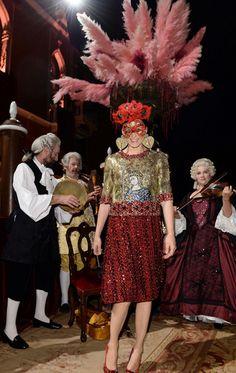 La diseñadora de zapatos Tabitha Simmons combinó su máscara veneciana con un outfit de inspiración bizantina de la colección otoño-invierno 2013-14 de Dolce & Gabbana.