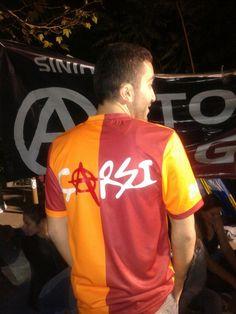 Ultraslan Gezi'yi terketti. Galatasaray taraftarı cevap verdi.
