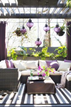 Outdoor living room lounge. Love it. Terraza en morados | Casa Haus