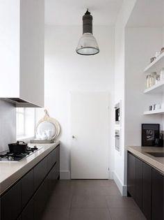 zwarte keuken lichtblad witte muren!