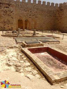 Aljibe, y vista de la recreación del patio porticado que rodearía dicho entorno. Del Castillo de Dña Berenguela.