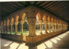Cloître de Moissac        L'un des plus beaux, des plus grands et des mieux conservés des cloîtres de France. C'est là que j'ai ressenti ce coup au coeur qui m'entraîne vers ce type de lieu au cours de mes voyages. L'abbaye date du 7è siècle (Clovis) mais le cloître du 11è ( direction clunisienne alors à son plus haut niveau de prestige).