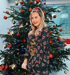 A képen a következők lehetnek: 1 személy, állás, karácsonyfa és fa
