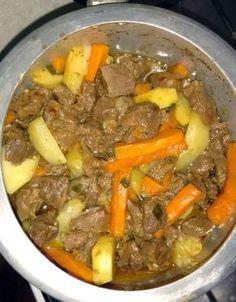 Receita de carne de panela com legumes tradicional de carne cozida na panela de pressão com legumes muito fácil de fazer. Food Goals, Pot Roast, Dinner Recipes, Low Carb, Favorite Recipes, Beef, Homemade, Meals, Ethnic Recipes
