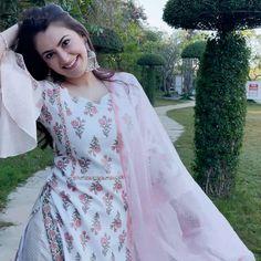 Casual Indian Fashion, Pakistani Fashion Party Wear, Pakistani Dress Design, Simple Indian Suits, Ladies Suits Indian, Classy Business Outfits, Silk Kurti Designs, Long Dress Fashion, Kurta Style