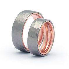 Eheringe Edelstahl Ringe Ihre Ringe können in Schreibschrift, Druckschrift und in Ihrer eigenen Handschrift graviert werden. Country Chic, Wedding Rings, Chic Wedding, Rings For Men, Bling, Engagement Rings, Inspiration, Jewelry, Ring Set