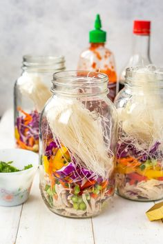 These Mason Jar Instant Noodle Soups are the perfect on-the-go work lunch and packed full of raw veggies, quick-cook vermicelli noodles & shredded chicken! Mason Jar Lunch, Mason Jar Meals, Meals In A Jar, Mason Jars, Mason Jar Recipes, Salad In A Jar, Soup And Salad, Salad Bar, Soup Recipes