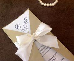 Convite para casamento elegante em papel metálico perolado de alta gramatura em dois tons (branco perolado e dourado).