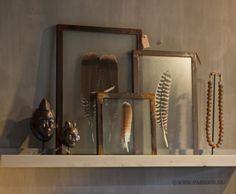 Parvani   Ingelijste veren in ijzeren frame, Afrikaanse maskertjes, ketting op standaard uit Ghana.