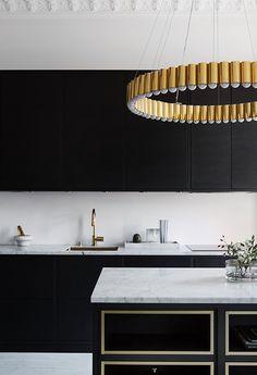   Köksinspiration   Petra Tungården visar upp sitt nya kök med köksö från Ballingslöv! Kökslucka i Bistro Ask Brunbets och lampan är en Lee Broom lampa.