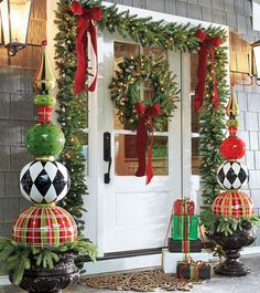 Everyone wants to have a beautiful decoration at Christmas. And outdoor Christmas decorations are not difficult to make. Outdoor Christmas decorations are easy to do with the many ingredients that … Porch Ornaments, Front Door Christmas Decorations, Christmas Entryway, Christmas Front Doors, Outdoor Decorations, Front Porch Ideas For Christmas, Tree Decorations, Halloween Decorations, Reindeer Decorations
