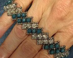 Bracelets Diy, Bracelets Bleus, Beaded Bracelets Tutorial, Crystal Bracelets, Crystal Jewelry, Making Bracelets, Diy Bracelet, Beads Tutorial, Crystal Beads