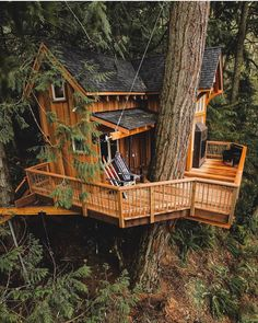 How To Build A Treehouse ? This Tree House Design Ideas For Adult and Kids, Simple and easy. can also be used as a place (to live in), Amazing Tiny treehouse kids, Architecture Modern Luxury treehouse interior cozy Backyard Small treehouse masters Beautiful Tree Houses, Cool Tree Houses, Amazing Tree House, Treehouse Masters, Treehouse Living, Tree House Plans, Tree House Homes, Cabin Homes, Log Homes