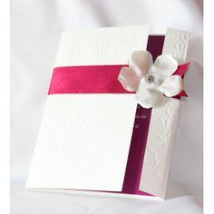 Invitación Boda en blanco y fucsia! Invitación en color blanco mate, con relieve, cinta de raso fucsia y flor de raso blanca con cristal, hecho a mano!