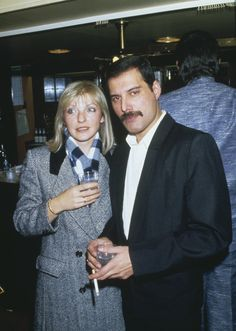 Singer Freddie Mercury - of Queen attends Fashion Aid at the Royal Albert Hall in London, with his friend Mary Austin, November (Photo by Dave Hogan/Getty Images) Queen Freddie Mercury, Mary Austin Freddie Mercury, Jim Hutton Freddie Mercury, John Deacon, Freddie Mecury, Roger Taylor, We Will Rock You, Somebody To Love, Queen Band