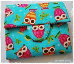 Diese süße Windeltasche ist Wickeltasche und Unterlage in Einem. Auf der einen Seite sind 3 Taschen für alle möglichen Babypflegeutensilien wie z.B. ein paar Windeln, Feuchttücher und Creme. Auf...