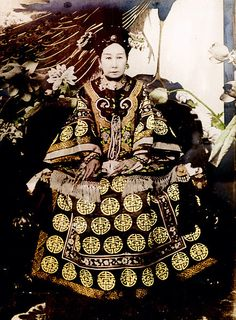 Empress Dowager Cixi, of the Manchu Yehenara clan, was a powerful and charismatic woman who unofficially but effectively controlled the Manchu Qing Dynasty in China for 47 years, from 1861 to her death in 1908 . Culture Art, Chinese Culture, Chinese Art, Chinese Dragon, Asian History, Women In History, World History, History Pics, Old Photos