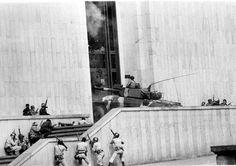 El M-19 toma el Palacio de Justicia La toma del Palacio de Justicia fue en 1985. Uno de los tanques del Ejército ingresando a la edificación, tomada por el M-19. - Colprensa South America, City, Pictures, Painting, Pablo Escobar, Dado, Weapons Guns, Righteousness, Antique Photos