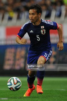yuto-nagatomo-of-japan-dribbles-the-ball-during-the-kirin-challenge-picture-id494028441 (683×1024)