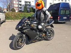 Pimp your helmet: Helmplüschis Bunte, lustige Helmüberzüge für alle Arten von Helmen gibt es bei Daniel Köhn aus Kadelburg; als Nebenerwerb betreibt Daniel einen Handel mit Helmplüschis http://www.atv-quad-magazin.com/aktuell/pimp-your-helmet-helmplueschis/ #helm #helmueberzug #plueschis