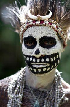 portraits-de-papous Près d'un millier de tribus se partagent ces montagnes escarpées et ces vallées inaccessibles que les premiers occidentaux ne découvrirent que peu avant la seconde guerre mondiale. Chacun de ses groupes ethniques autochtones possède sa propre langue (plus de 800 !), sa propre culture, ses propres traditions, décrit l'auteur de ces portraits en Nouvelle-Guinée, qui est allé à la rencontre des papous. Ces photographies sont donc l'œuvre de Christophe Courtois : photographe
